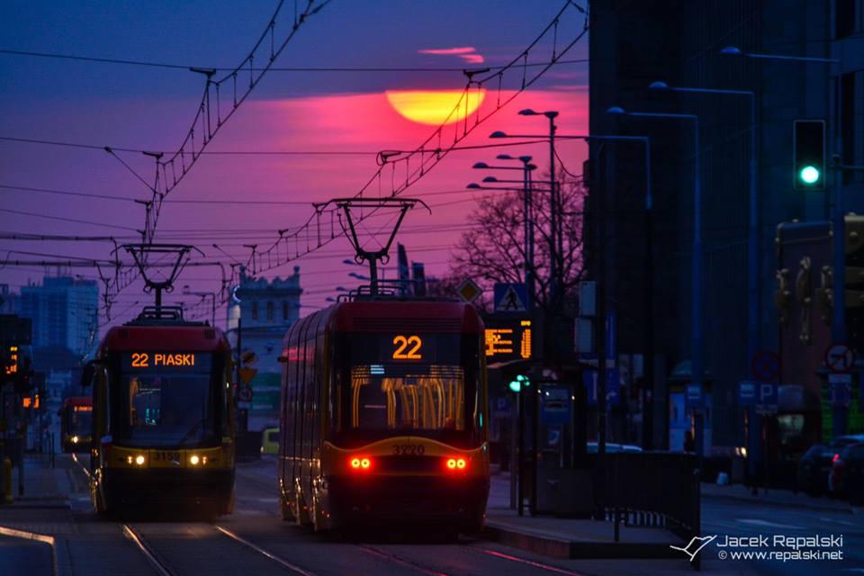 Wschód słońca w centrum Warszawy. Foto: Jacek Rępalski / www.repalski.net