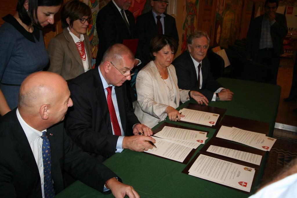 Signature de l'accord de jumelage (photo : Michel Leclerc pour l'APGEF)